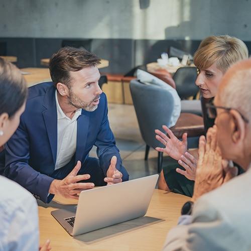 groupe de personnes en pleine discussion dans une entreprise