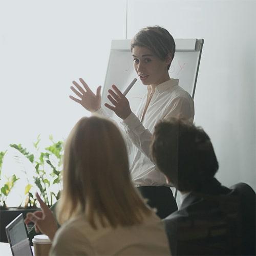 Une jeune femme anime un atelier de codéveloppement avec son équipe