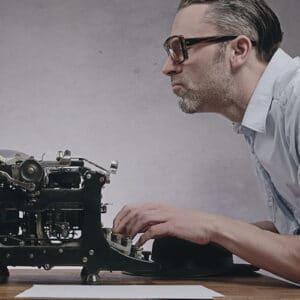 manager à l'ancienne sur une vieille machine à écrire