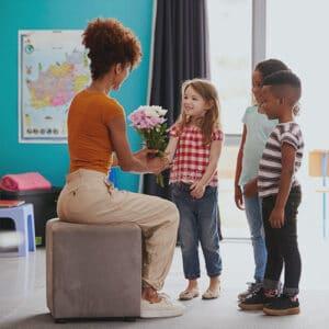 besoin de reconnaissance : une institutrice et trois enfants