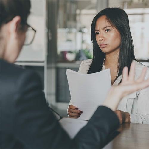 Modèle de Process Communication : une jeune femme est mécontente de ce qu'on lui dit.