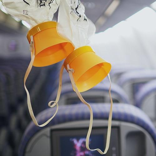 deux masques à oxygène dans un avion